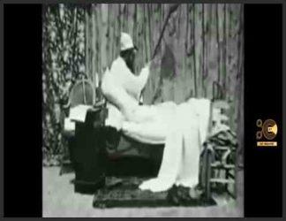 خلاصه داستان : یک مرد سعی می کند یک شب بخوابد ، اما یک عنکبوت غول پیکر که به روی تخت او می پرد ، آشفته می شود و نبردی به شکل خنده دار طنز در می گیرد. یک شب ترسناک (به فرانسوی: Une nuit horror) یک فیلم کمدی صامت فرانسوی از ژرژ ملیس در سال 1896 است. این اثر توسط کمپانی فیلم ستاره ای ملیس منتشر شد و در کاتالوگ هایش شماره 26 است ، که در آن با زیرنویس توصیفی داستان فیلم ذکر شده است.