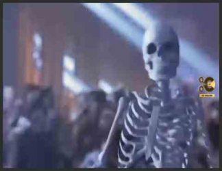 """خلاصه داستان : موزیک ویدیوی آهنگ """"Ghosts"""" از مایکل جکسون ، یک نسخه کوتاه شده پنج دقیقه ای از فیلم کوتاه اصلی 39 دقیقه ای مایکل ، """"اشباح"""". ارواح مایکل جکسون (انگلیسی: Michael Jackson's Ghosts) یک فیلم کوتاه با بازیگر مایکل جکسون خواننده است که توسط استیون کینگ و میک گاریس داستان نویس ترسناک نوشته شده و استن وینستون آن را کارگردانی کرده است. این فیلم در سال 1996 فیلمبرداری و اکران شد و همراه با چاپ منتخب فیلم Thinner منتشر شد. این یک سال بعد به صورت تبلیغاتی در سطح بین المللی در LaserDisc ، VHS و CD CD منتشر شد. جکسون پنج نقش را بازی می کند. این فیلم داستان مردی عجیب و غریب با قدرت های فراطبیعی است که توسط شهردار آن از یک شهر کوچک خارج شده است. این فیلم شامل یکسری روالهای رقص است که توسط جکسون و """"خانواده"""" اشباحش اجرا شده است. این آهنگ ها از آلبوم های جکسون HIStory (1995) و Blood on the Dance Floor: HIStory in the Mix (1997) گرفته شده اند."""