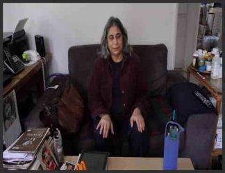 زنی افسرده نشسته روی صندلی یا کاناپه