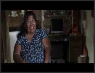 زنی سیاه پوست و خندان با لباس آستین کوتاه