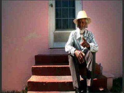 در طی سه دهه گذشته ، محبوب ترین ساکن برمودا ، جانی بارنز ، زندگی خود را به روش منحصر به فرد خود اختصاص داده است تا جهان را به مکانی شاد تبدیل کند.