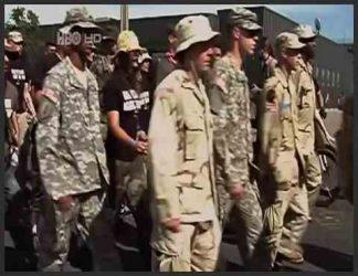 چند سرباز جنگی آمریکا که در کنار هم ایستاده اند