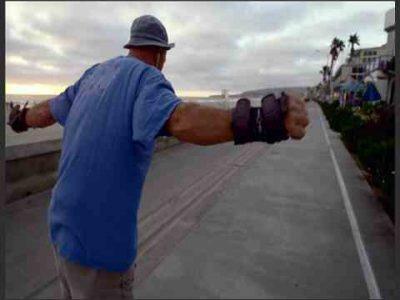 مردی با لباس آبی و کلاه مشکی در حال اسکیت سواری