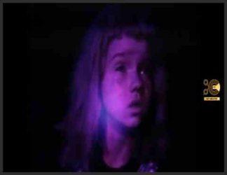 دختری خردسال ترسیده در شب هنگام