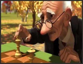 پیرمردی در حال شطرنج بازی کردن